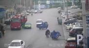 演练中遇三轮车侧翻 消防员飞奔解救被压女子