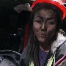 这位重卡女司机太飒灰头土脸拉煤10多年,只为给孩子一个能拉粑粑的家