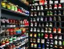 男孩热衷收藏鞋子 家中鞋柜变鞋店