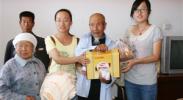 团市委组织大学生志愿者为敬老院献爱心