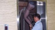 女子上电梯时被夹住2个多小时身亡