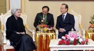 温家宝看望柬埔寨太后莫尼列和国王西哈莫尼