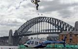 美国男子驾摩托车飞越盘旋直升机