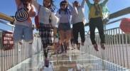 记者们在黄河3D玻璃桥上跳跃留念