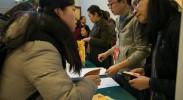 参加全国政协十三届一次会议报道记者领取证件 内地记者超1800人