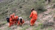 一男子摔伤被困深山 银川消防接力背伤者爬到山顶