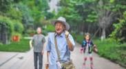 """83岁成都""""极客"""":出门刷码付钱 用云修族谱"""