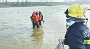 男子河道中心钓鱼遇上游泄水被困 消防员跳入冰冷河中探步救援