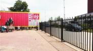培训学校在门口搭建围栏