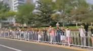 独家视频丨长安街两侧百姓欢呼迎接受阅官兵