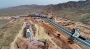 中国首条穿越沙漠腹地高速——乌玛高速建设正酣
