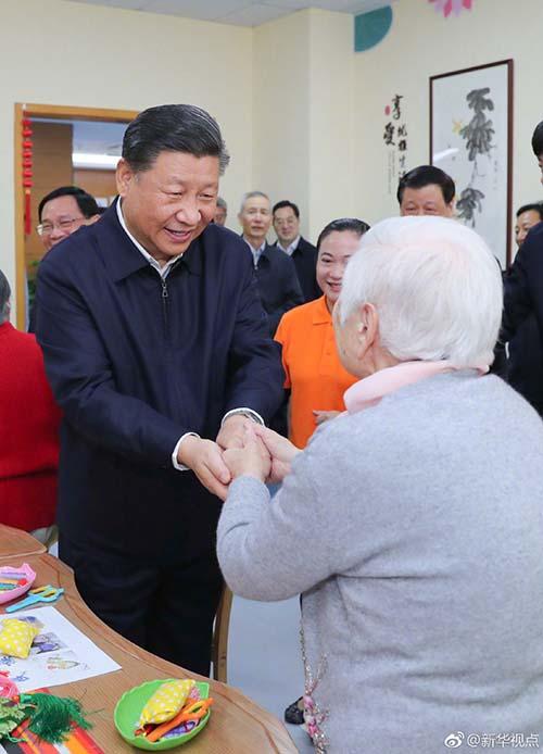 这是习近平在虹口区市民驿站嘉兴路街道第一分站托老所同老年居民亲切握手。 新华社记者 谢环驰 摄