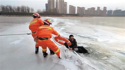 <p>  消防救援人员正在救援。                                                                                        本报通讯员 郝瑞 雍凯 摄</p>