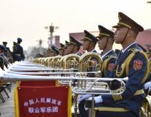 解放军联合军乐团为演奏做准备