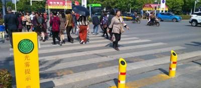 """湖北大治:行人街头闯红灯遭""""水喷"""""""