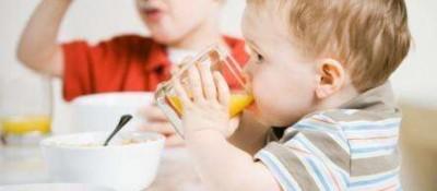 一岁以内的宝宝不宜喝鲜榨果汁?专家:不能过多喝