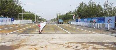 满城街贺兰山路钢栈桥正式通车