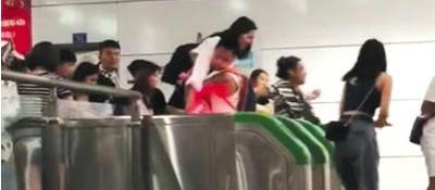 """乘客集体""""跳闸""""逃票 成都地铁:太过分!"""