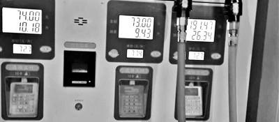 摩托油箱8.6升加油却加了9.4升 加油站:不存在问题