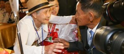 89名韩方离散家属在朝鲜金刚山与亲人团聚
