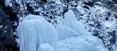 贺兰山岩画冰瀑美如画