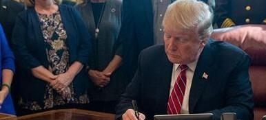 美国内政治博弈陡然升级!特朗普首用否决权的背后