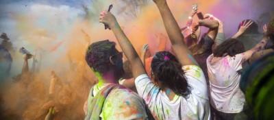 美国加州庆祝胡里色彩节 粉末狂欢嗨翻天