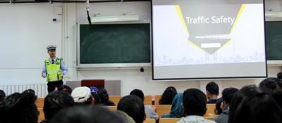 厉害了,银川交巡警全程飚英文给外籍留学生讲交通安全知识