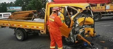 银川突降暴雨致两车相撞一男子被困,消防火速救援!