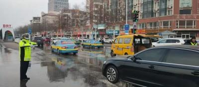 金凤区正源街与新华西路路面突发水管爆裂 银川交警快速处置引流疏导