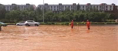 """昨天银川上海东路局部积水""""成河"""" 疑因管道破裂所致,兴庆消防紧急出动排险"""