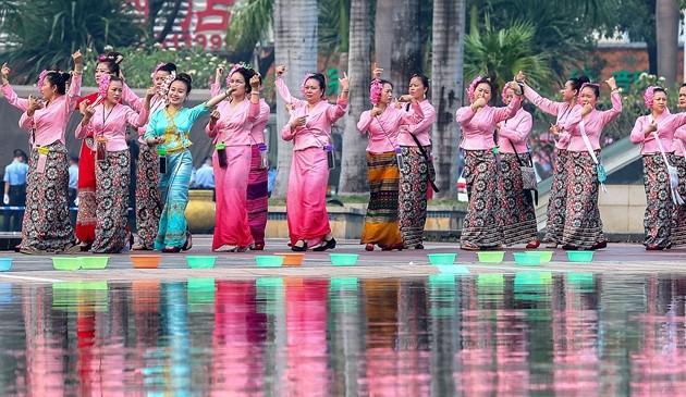 西双版纳:欢度泼水节