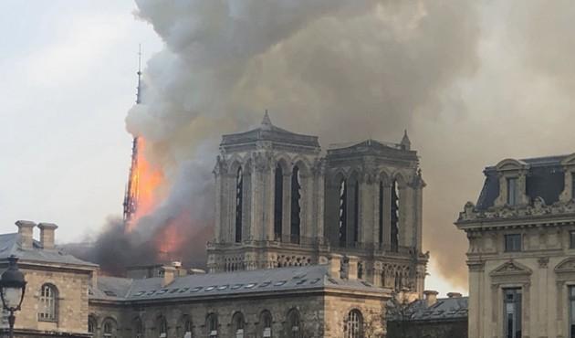 ?#23648;?#22307;母院发生大火 建筑损毁严重