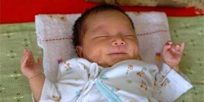 """宝宝为啥喜欢""""投降式""""睡姿?"""