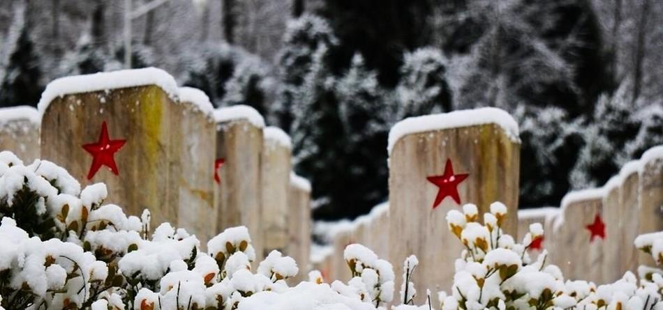 皑皑白雪下的烈士陵园:五角星那红熠熠生辉