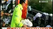 司机疲劳驾驶 一车桃子侧翻高速公路-2018年6月21日