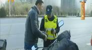 鸿胜出警:外卖小哥忙接单 低头驾驶撞上车-181114