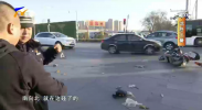 鸿胜出警:出租车过路口撞倒电动车-191220