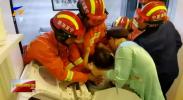 小女孩卡洗衣机 消防员破筒救人-20201119